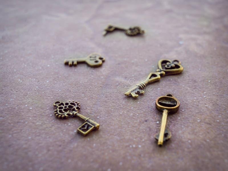 Pendentes da chave dourada do vintage foto de stock