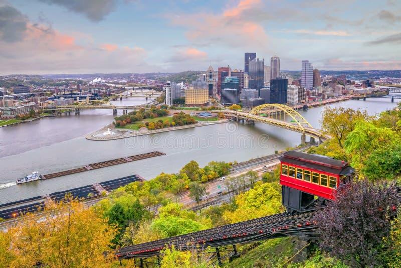 Pendiente céntrica del horizonte y del vintage en Pittsburgh fotografía de archivo