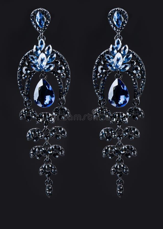 Pendiente con las gemas azules coloridas en negro libre illustration