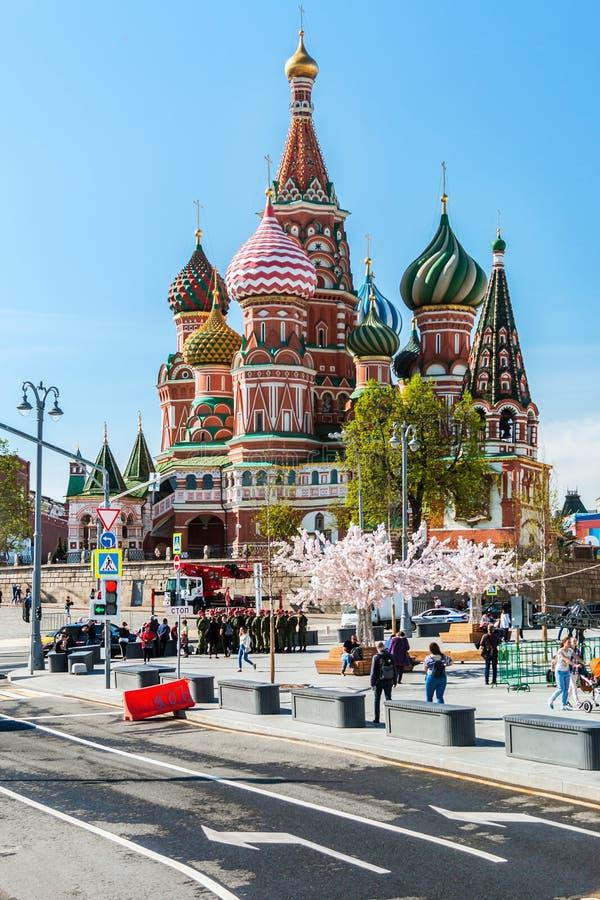 Pendiente de la catedral y de Vasilevsky de Pokrovsky en Moscú fotografía de archivo