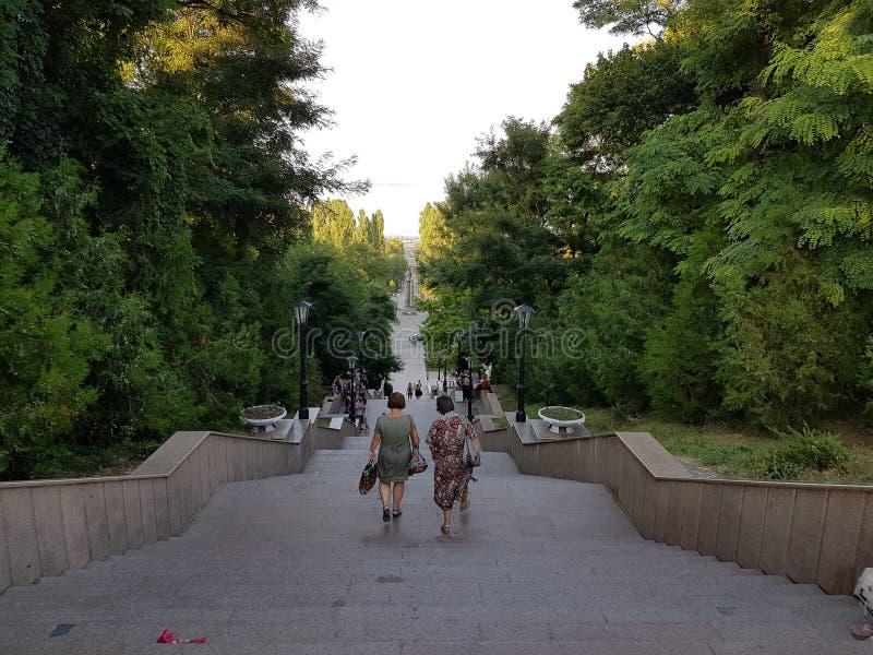 Pendiente en el jardín de la ciudad imagen de archivo