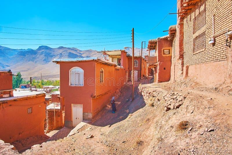 Pendiente escarpada entre las calles de la terraza del pueblo antiguo del adobe, Abyaneh, Irán imagenes de archivo