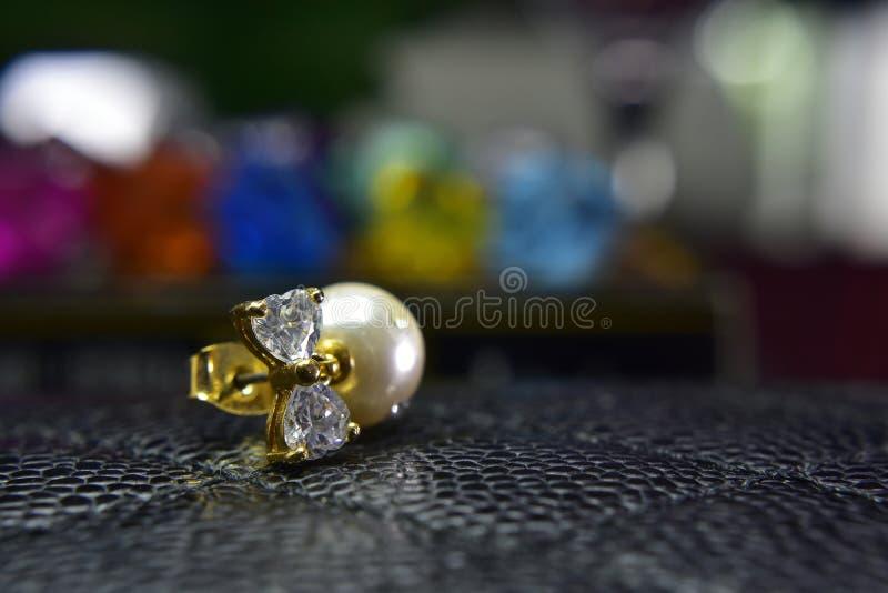 Pendientes de la perla del oro adornados con los diamantes hermosos fotos de archivo