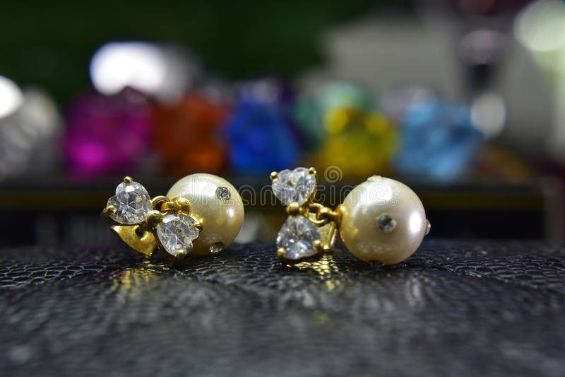 Pendientes de la perla del oro adornados con los diamantes hermosos fotografía de archivo