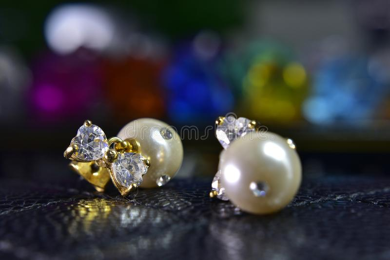 Pendientes de la perla del oro adornados con los diamantes hermosos imagen de archivo