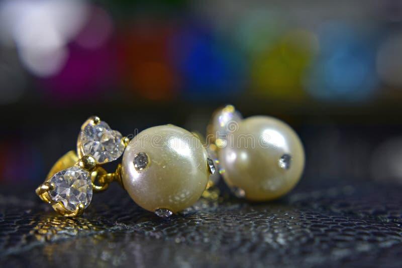 Pendientes de la perla del oro adornados con los diamantes hermosos fotos de archivo libres de regalías