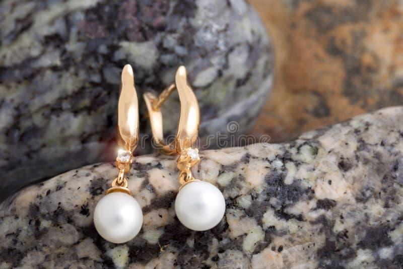 Pendientes del oro con los diamantes y perlas en el ccb - Fotos de pendientes ...