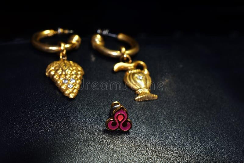Pendientes elegantes del oro para las se?oras imágenes de archivo libres de regalías