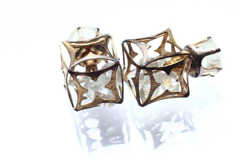 Pendientes menudos de la joyería con los diamantes en la perla blanca imagen de archivo