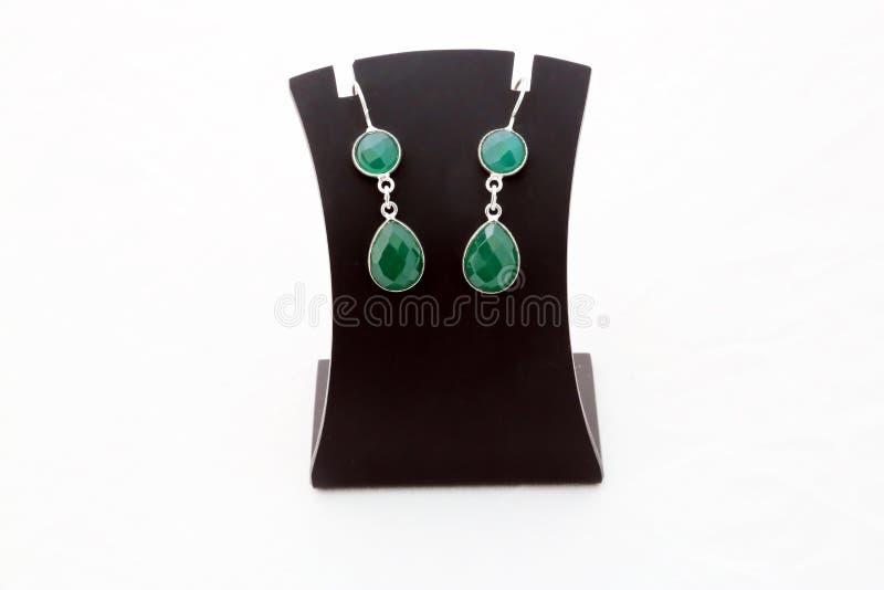 Pendientes verdes hermosos de la plata de la piedra preciosa fotos de archivo libres de regalías