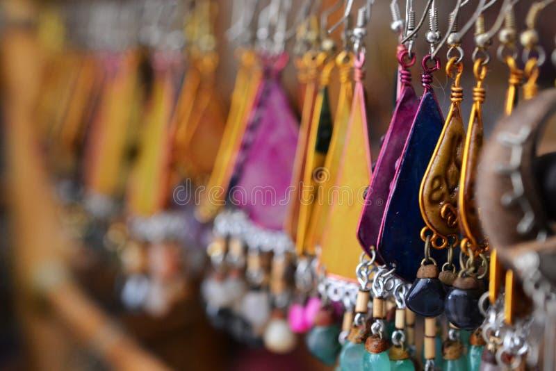 Pendientes y joyería en el acre, Akko, mercado con las especias y los productos árabes locales, Israel del norte imagenes de archivo