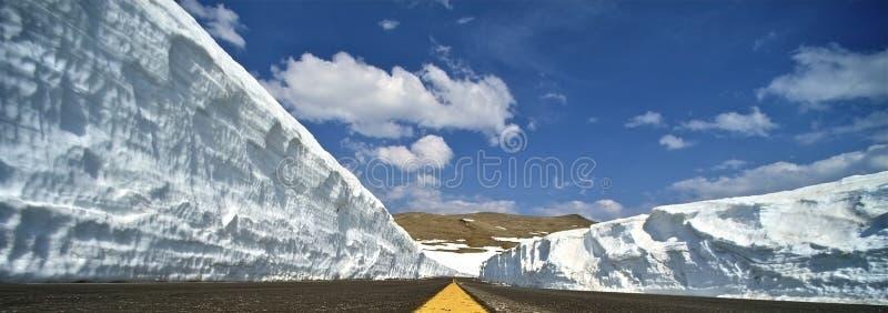 Pendii della neve della strada di inverno immagini stock