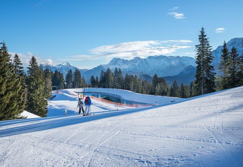 Pendii di corsa con gli sci della montagna che sciano a Hausberg superiore vicino alla città di Garmisch-Partenkirchen fotografie stock