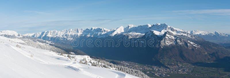 Pendio dello sci e area appeni preparato dello sci con gli ascensori ed i pendii immagine stock