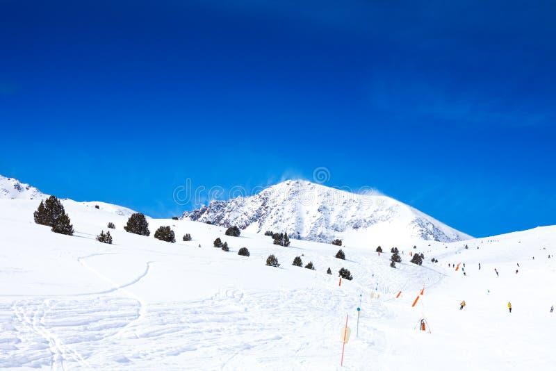 Pendio per lo sci in montagne fotografia stock