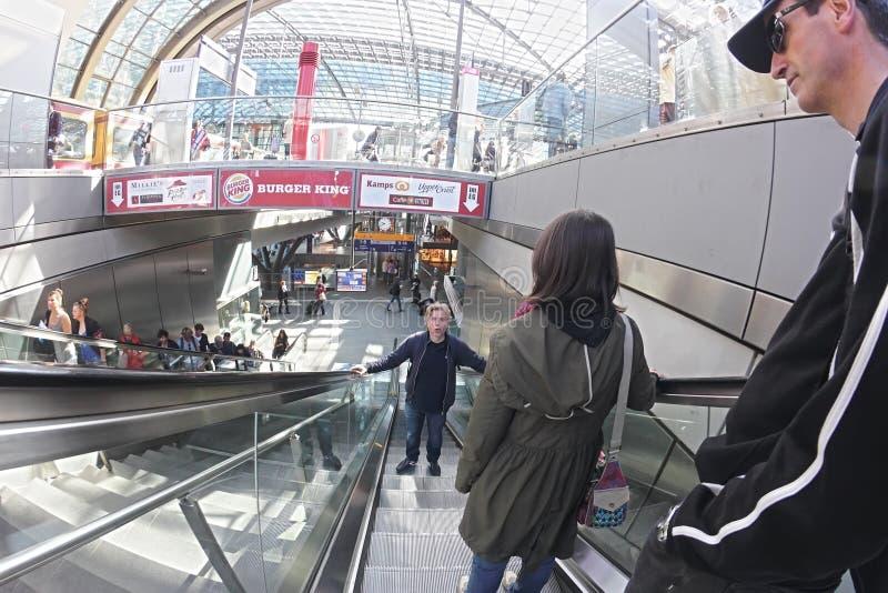 Pendlare i Berlin Hauptbahnhof Station royaltyfri bild
