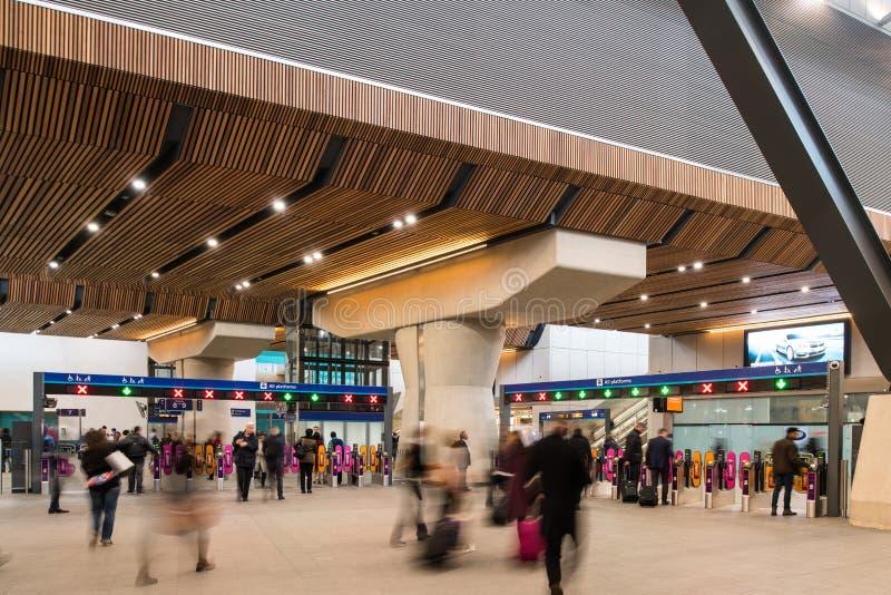 Pendlare i den nya foajén av den London brostationen royaltyfria bilder