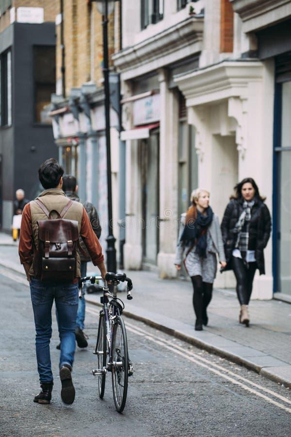 Pendlare i Soho, London arkivfoto