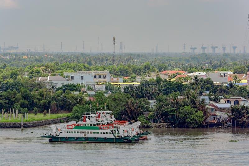 Pendlarefärja som ankras på den Saigon floden, Ho Chi Minh City (S royaltyfri bild