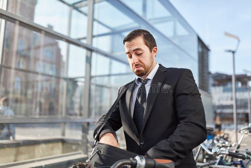 Pendlaren söker efter cykeltangent royaltyfri fotografi