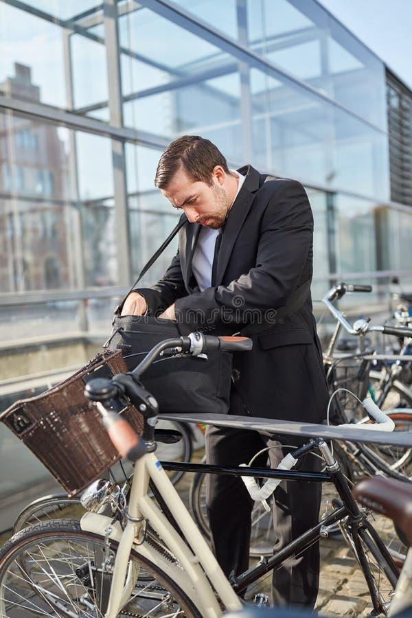 Pendlaren söker efter cykeltangenten royaltyfria bilder