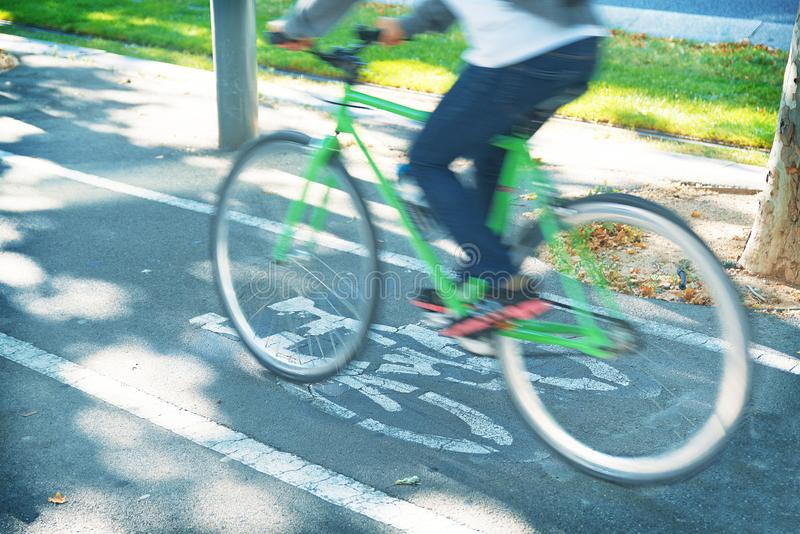 Pendlareperson som rider en cykel på en stads- cykelgränd i Barcelona Aktivt livsstil och ekologimedvetenhetbegrepp arkivfoton