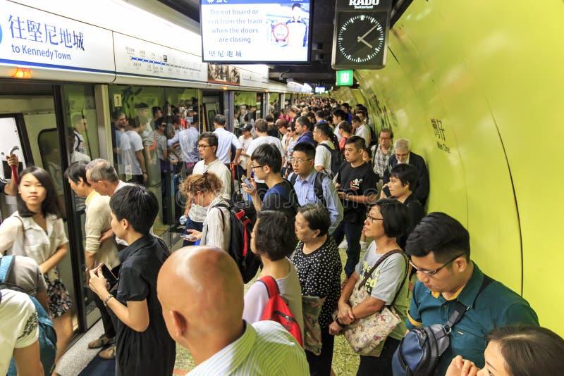 Pendolari che aspettano un treno nel MTR Wan Chai in Hong Kong fotografia stock