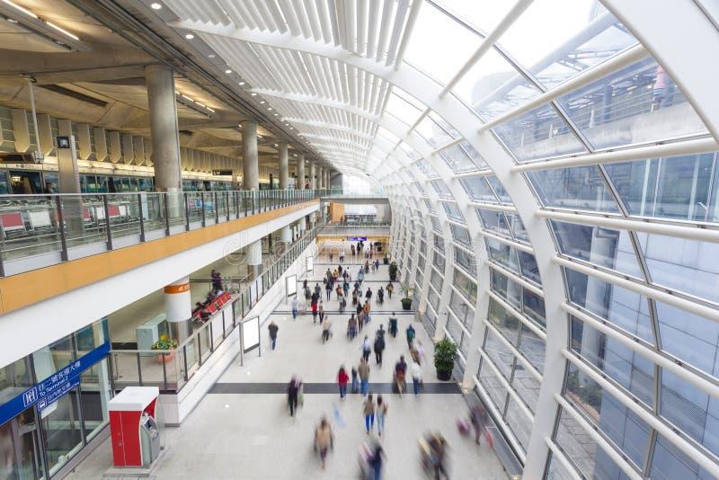 Pendolari in un terminale di aeroporto fotografia stock