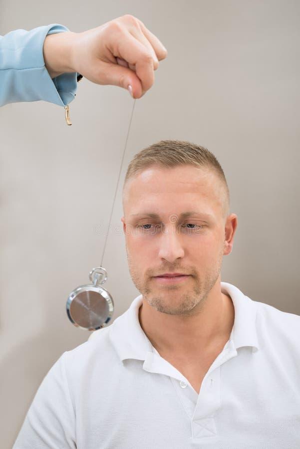 Pendolo di Hypnotizing Patient With dello psichiatra immagine stock libera da diritti