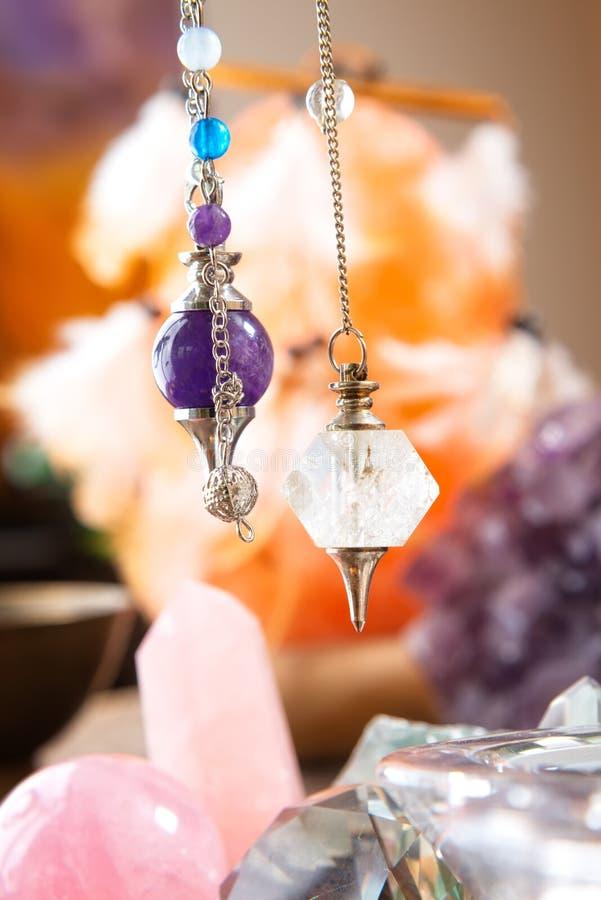 Pendolo e cristalli fotografia stock libera da diritti