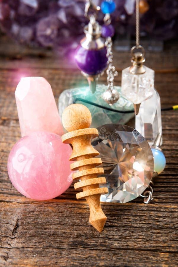Pendolo e cristalli immagine stock