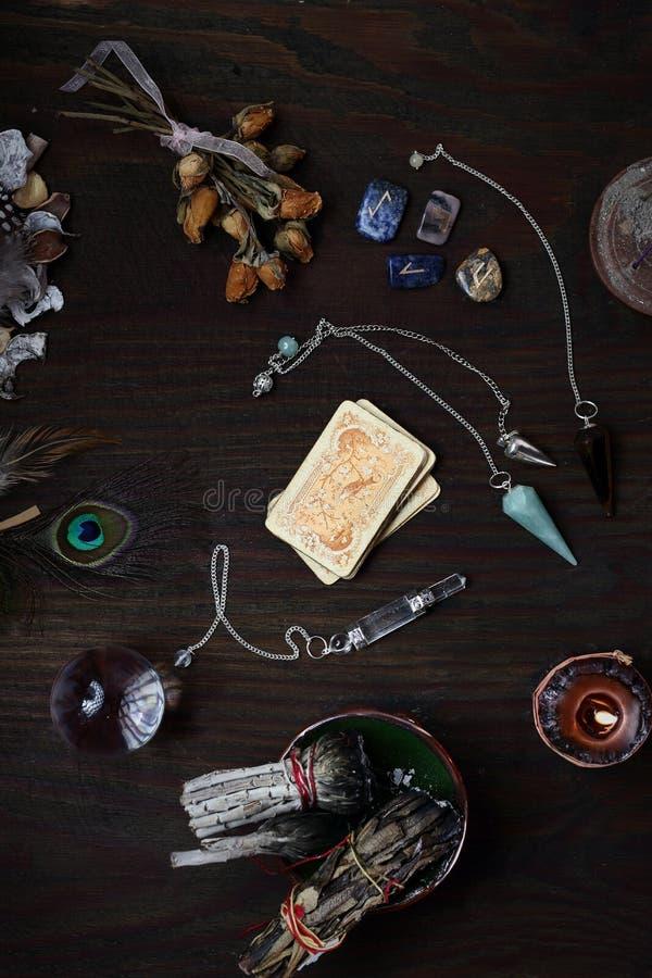 Pendules, runes et une plate-forme des cartes Une visite au diseur de bonne aventure photos stock
