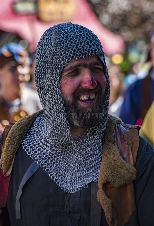 Penedono , Portugal - 1er juillet 2017 - Un homme porte un maillot de chaîne et manque sa dent frontale à la foire médiévale image stock