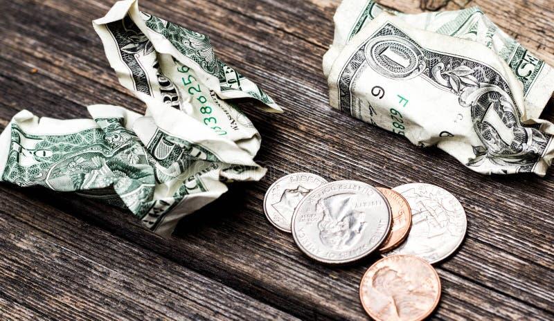 Pengarändring myntar skrynkliga dollardollarräkningar royaltyfria foton