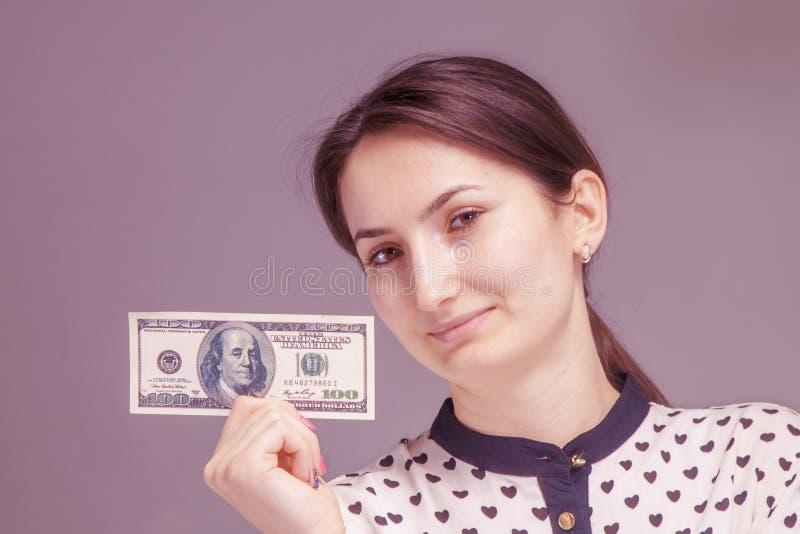 Pengar är min bästa motivation Ung kvinna som arbetar för pengarna royaltyfri fotografi