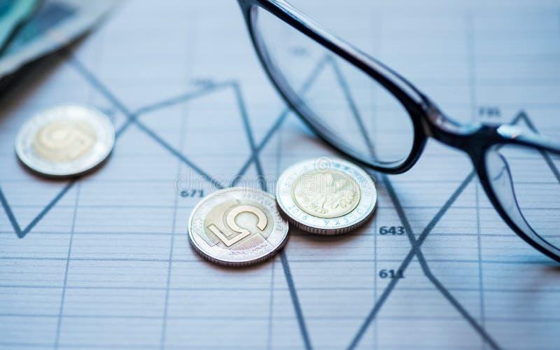 Pengar blyertspenna, exponeringsglas som ligger på grafen fotografering för bildbyråer