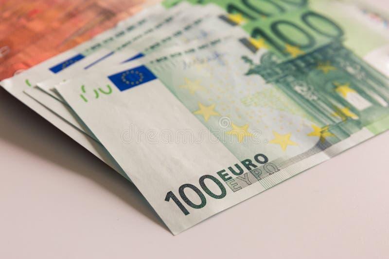 Pengar euroet, 100 euro, gör liv bättre, bankutbytesvaluta royaltyfria bilder