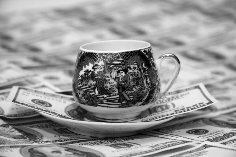 pengar för kaffekopp arkivfoto