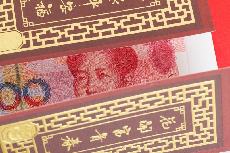 Pengar för kines eller för 100 Yuan sedlar i rött kuvert, som kines arkivfoto
