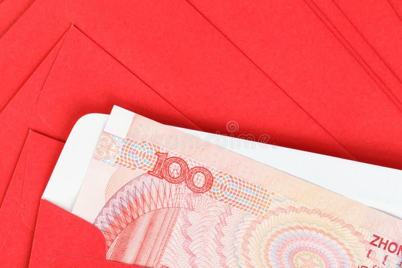 Pengar för kines eller för 100 Yuan sedlar i rött kuvert, som kines arkivbild