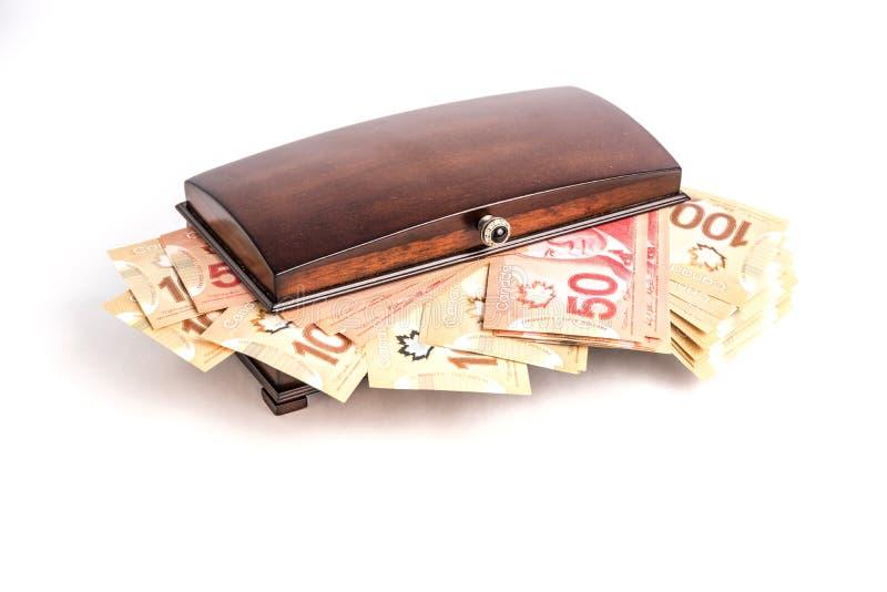 Pengar i bröstkorg royaltyfria foton