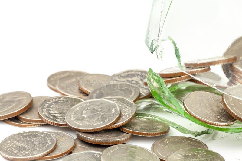 Pengar i den spruckna kruset, besparingplan f?r att inhysa, begreppet av finansiella besparingar som k?per ett hus fotografering för bildbyråer