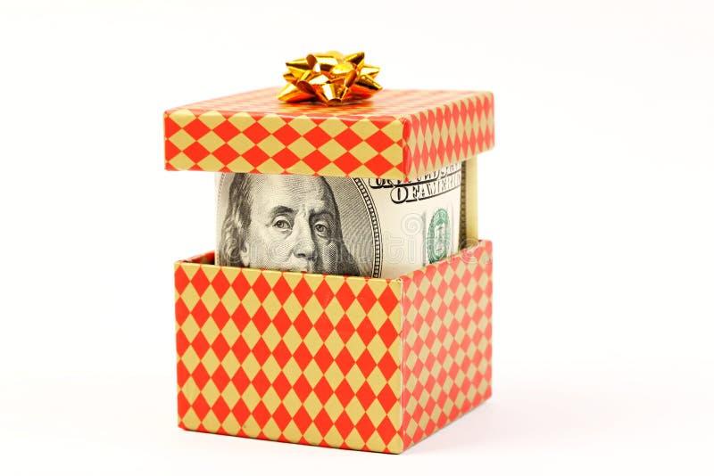 Pengar i gåvaask med den guld- pilbågen fotografering för bildbyråer