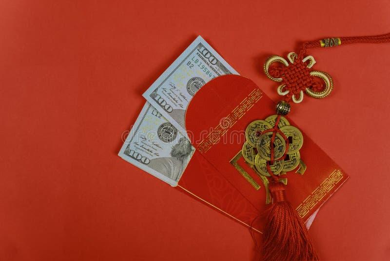 Pengar i gåvan för hälsning för nytt år för röda kuvert som den kinesiska stängs upp av US dollarsedlar i röda traditionella kuve arkivfoto