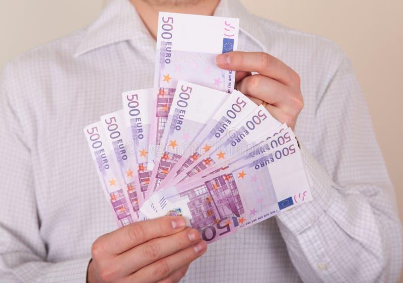 Pengar i händer arkivfoton