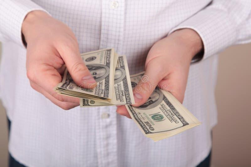 Pengar i händer royaltyfri fotografi