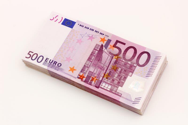 Pengar - isolerad bunt av femhundra euroräkningsedlar med vit bakgrund royaltyfri foto