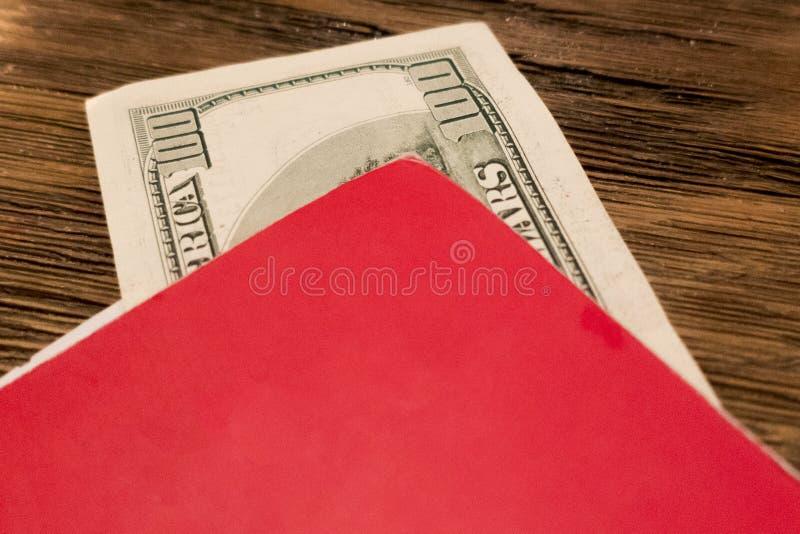 pengar ligger i en mapp för beräkning arkivfoto