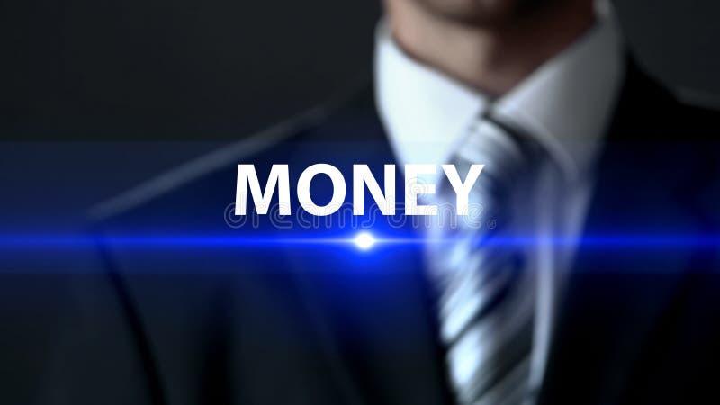 Pengar man i affärsdräkten som framme står av skärmen, finansiell investering royaltyfria bilder