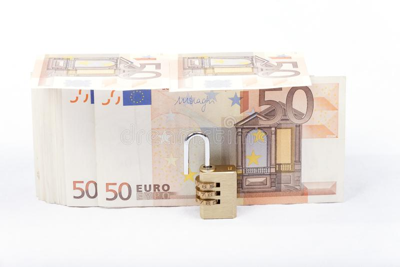 Pengar med hänglåset som isoleras på vit bakgrund royaltyfri foto
